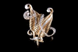 BROCHE AÑOS 40 EN FORMA DE HOJA DE ORO Y DIAMANTES Realizado en oro amarillo de 18 kt., compuesto por dos hojas y cintas en vistas de platino con diamantes talla 8/8 engastados en grano y en garras, peso total aproximado: 0.72 ct.