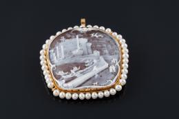 BROCHE - COLGANTE F. SERRE Realizado en oro, compuesto por camafeo con escena de Nápoles orlado por perlas cultivadas calibradas en 4 mm. Firmado: F. SERRE.