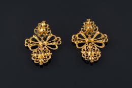 PENDIENTES POPULARES Realizados en oro, de tres cuerpos, con decoración calada y diamantes talla rosa.