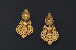 PENDIENTES POPULARES Realizados en oro, con decoración calada.