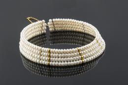 GARGANTILLA De cuatro hilos de perlas cultivadas en agua dulce, montadas en hilo de metal y dispuestas en disminución para ajustar en la base del cuello. Entre piezas, cadena y cierre de oro de 18 kt. (Deteriorado en hilo superior. Faltan dos perlas)
