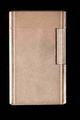 ENCENDEDOR DUPONT Realizado en metal dorado con decoración geométrica. Firmado: ST Dupont. Paris. Nº557CHF. En funcionamiento.
