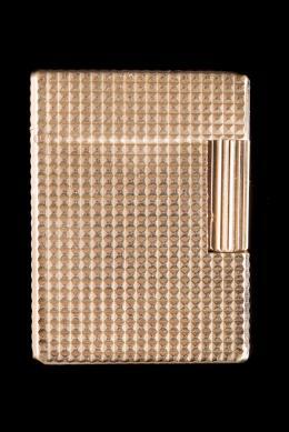 ENCENDEDOR DUPONT Realizado en metal dorado con decoración de punta de diamante. Firmado: ST Dupont. Paris. NºEC8423. En funcionamiento.