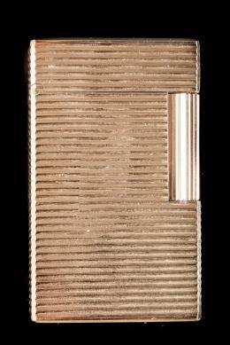 """ENCENDEDOR DUPONT Realizado en metal dorado con decoración lineal. Firmado: ST Dupont. Paris. Nº17ENU49. Grabado con iniciales """"LR"""". En funcionamiento."""