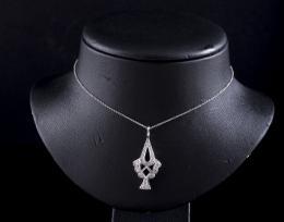 COLGANTE DE ORO BLANCO Y DIAMANTES Realizado en oro blanco de 18 kt. Compuesto por una cadena y un colgante con forma de árbol, cuajado de diamantes talla brillante, engastados en grano, con un peso total aproximado: 0.40 ct. Sistema de cierre cadena reas
