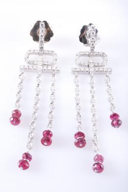 PENDIENTES LARGOS Realizados en oro blanco, formando motivos geométricos con diamantes talla brillante, peso total aproximado: 0.89 ct. y cuentas facetadas de rubíes.
