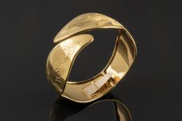 BRAZALETE Realizado en oro amarillo de 18k, semirígido, con detalle de hojas cinceladas.