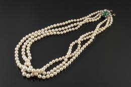 COLLAR, AÑOS 70 Realizado en oro blanco de 18k, compuesto por tres hilos de perlas cultivadas calibradas entre 9 y 4,5mm. unidos entre sí por un broche con centro cabujón de piedra verde, salpicado por brillantes en garras.
