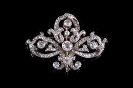 BROCHE Realizado en oro, representando la flor de lis, con soporte trasero desmontable para utilizarlo como colgante, con diamantes tallas brillante antigua y talla rosa, peso total aproximado: 5.40 ct. (Falta una pequeña piedra de 0.01 ct.).