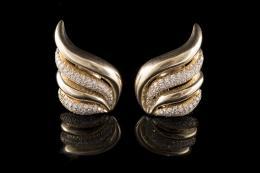 PENDIENTES Realizados en oro formando motivo de fantasía con diamantes talla brillante, peso total aproximado: 3.38 ct.
