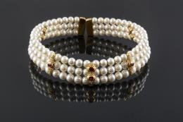 GARGANTILLA AJUSTADA De perlas cultivadas con tres separadores de oro de 18 ct. y ambas con pequeños brillantes mini. peso: 110,5 gr