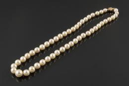 COLLAR Collar de una vuelta de perlitas cultivadas. Cierre de oro amarillo de 18k.