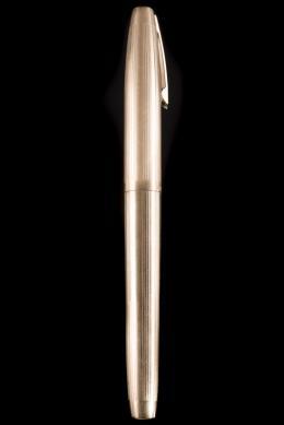 ESTILOGRÁFICA ,Sheaffer Realizada en metal chapado en oro amarillo de 12kt. con decoración de estrías verticales. Plumín en oro amarillo de 14kt. Sistema de carga mediante émbolo.