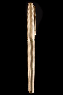 ESTILOGRÁFICA ,PARKER Realizada en metal chapado en oro de 20 micras, superficie decorada con motivos de punta de diamante. Plumín en oro amarillo de 14kt. Sistema de carga de tinta mediante émbolo.