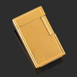 MECHERO DUPONT Realizado en metal dorado con decoración perlada. Firmado: ST Dupont. Paris. Nº1C7DN30. En funcionamiento.