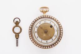 RELOJ CATALINA SUIZO, S.XVIII Caja realizada en oro amarillo de 18 kt, esfera (restaurada) de porcelana blanca y dorada con numeración arábiga. Tapa posterior con decoración guilloche en esmalte azul cobalto y orla con perlitas de aljófar, al igual que la