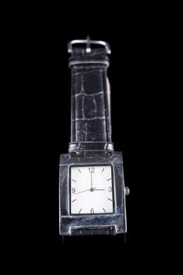 RELOJ DE PULSERA GENERAL OPTICA, CUARZO Realizado en metal. Movimiento de cuarzo, caja cuadrada y bisel liso. Funciones horarias, minuteras y segunderas. Esfera blanca, con numeración arábiga y de trazos. Medida de la caja: 48x36 mm. Brazalete negro. No s