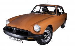 MGB GT Motor: 1800cc . 1977 MGB GTMG comenzó a ofrecer el MGB GT en 1973, motor cuatro cilindros de 1800cc , . El volante está a la Derecha y es una version que se exportó a Estados Unidos Las versiones GT cromadas y con topes de goma del MGB fueron produ