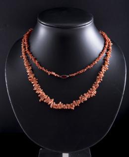COLLAR EXTRALARGO DE RAMAS DE CORAL Y PLATA Broche realizado en plata con piedra de color central. Formado por una hilera de ramitas de coral rojo. Se puede dar varias vueltas. Longitud: 67 cm.