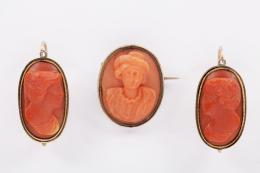 LOTE ANTIGUO DE PENDIENTES Y BROCHE DE CORAL Y METAL Realizados en metal chapado en oro rosa con camafeos con bustos de medio relieve en coral.