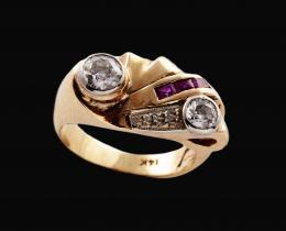 SORTIJA CHEVALIER AÑOS 40 DE ORO, DIAMANTES Y RUBÍES SINTÉTICOS Realizada en oro amarillo de 14 kt. Formada por dos diamantes talla antigua engastados en chatón,peso aproximado: 0.15 ct. y 0.30 ct. respectivamente, e hilera de rubíes sintéticos calibrados