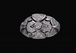 SORTIJA GALERÍAS CALADAS CON DIAMANTES Y ORO BLANCO Realizada en oro blanco de 18 kt. Formando galerías caladas con puntos de luz, cuajadas por diamantes talla brillante. Peso total aproximado: 0.45 ct. Tipo de engaste: Chatón y grano.