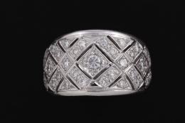 SORTIJA MOSAICO DE DIAMANTES Y ORO Realizada en oro de 18 kt. Formando un mosaico geométrico calado y decorado por diamantes talla brillante, engastados en grano. Peso total aproximado: 1.04 ct.