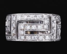 SORTIJA HILERAS GEOMÉTRICAS CON DIAMANTES Y ORO BLANCO. Realizada en oro blanco de 18 kt. Formada por hileras geométricas caladas cuajadas por diamantes talla brillante, engastados en grano sobre galería con puntos de luz. Peso total aproximado de la bril
