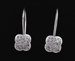 PENDIENTES CORTOS FLOR CON DIAMANTES Y ORO BLANCO Realizados en oro blanco de 18 kt. Formados por una pareja de flores cuajadas con diamantes talla brillante engastados en grano. Peso total aproximado: 0.35 ct.