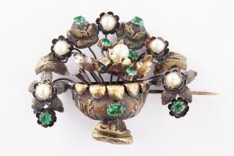 BROCHE ANTIGUO DE ORO, PERLAS CULTIVADAS Y PIEDRAS DE COLOR Realizado en oro amarillo de 18 kt., en forma de jarrón con flores, decorado por perlitas cultivadas calibradas entre 3 y 4 mm. de diámetro aproximadamente, y piedras de color verde engastadas en