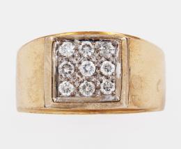 SELLO DE CABALLERO CON DIAMANTES Y ORO AMARILLO Realizado en oro amarillo de 14 kt. Formado por un cuadrado central cuajado de diamantes talla brillante engastados en grano, con vistas en oro blanco. Peso total aproximado: 0.63 ct. Ref.: 1379.