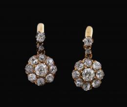 PENDIENTES ANTIGUOS DE ROSETONES, DIAMANTES Y ORO AMARILLO Realizados en oro amarillo de 18 kt. En la parte superior, formados por una pareja de diamantes talla cojín antigua, engastados en garras. Rematados por dos rosetones con diamantes talla antigua,
