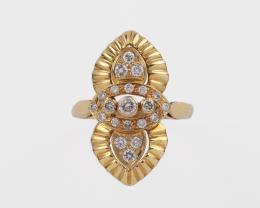LANZADERA CON DIAMANTES Y ORO AMARILLO Realizada en oro amarillo de 18 kt. Lanzadera formada por un motivo ojival central con hilera de diamantes talla brillante, adornado en los extremos por dos pequeñas puntas cuajadas de diamantes con bordes gallonados