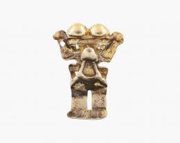 BROCHE Y COLGANTE HUACA PRECOLOMBINA EN PLATA DORADA Realizada en plata de ley con un baño de oro. Formado por una figura precolombina zoomorfa. Sistema de cierre, aguja con ballestilla y asa rígida. Ref.: 2.27.1164