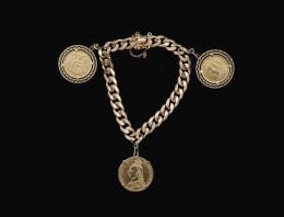 PULSERA CON TRES MONEDAS SOBERANAS DE LA REINA VICTORIA Realizada en oro amarillo de 18 kt. Pulsera modelo barbada, formada por tres monedas a modo de colgantes. Anverso: VICTORIA DEI GRATIA y VICTORIA D:G: BRITT:REG:F:D:. Reverso: 1894, 1895 y 1902. Sist