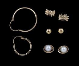 LOTE DE VARIOS PENDIENTES EN ORO AMARILLO Realizado en oro amarillo de 18 kt. Lote formado por un par de pendientes de bebé con perla, pendientes de niña con forma de lazo, dos pendientes aro desparejados. Y un par de pendiente de acero dorado. Sistema de