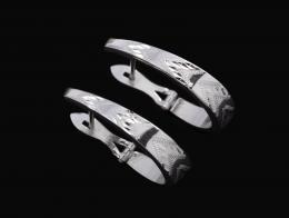 MEDIAS CRIOLLAS EN ORO BLANCO Realizadas en oro blanco de 18 kt. Formadas por cinco hileras geométricas con estrías a modo diamantado. Sistema de cierre catalán.
