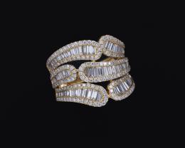 SORTIJA CON HILERAS SINUOSAS DE DIAMANTES EN ORO AMARILLO Realizada en oro amarillo de 18 kt. Formada por seis hileras sinuosas, abiertas en el centro, cuajadas de diamantes talla baguette, engastados en carril. Peso total aproximado: 1.60 ct., rodeadas p