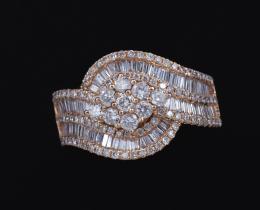 SORTIJA CON HILERAS Y ROSETÓN DE DIAMANTES EN ORO ROSA Realizada en oro rosa de 18 kt. Formada por dos hileras entrelazadas de diamantes talla baguette, engastados en carril. Peso total aproximado: 1.50 ct. Rodeada y decorada en el centro por un rosetón c