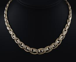 GARGANTILLA CON ESLABONES OVALADOS EN ORO AMARILLO Realizada en oro amarillo de 18 kt. Formada por eslabones con forma ovalada, articulados por hileras dobles y anillas en la parte central. Sistema de cierre mosquetón.