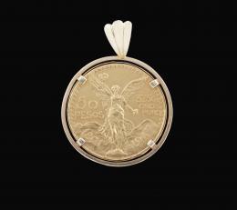 COLGANTE CON MONEDA DE ORO. 50 PESOS ESTADOS UNIDOS MEXICANOS ·1821 - 1947 Realizada en oro amarillo de 22 kt. Anverso: 50 Pesos · 37.5 Gr. ORO PURO · 1821 - 1947. Reverso: Estados Unidos Mexicanos. Diámetro 37 mm. Montada en un cerco liso con asa y reasa